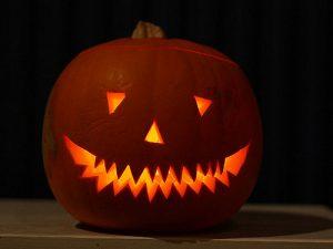 Graskar er typisk å pynte med på halloween. På amerikansk heiter det Jack o'lantern. (Foto: Paul Albertella/ Flickr)