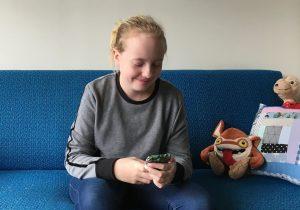 Emma Louise fekk Snapchatt som elleveåring. Ho har tydelege reglar, og legg aldri til folk ho ikkje kjenner. Foto: Veronika Skeide Kvalsund