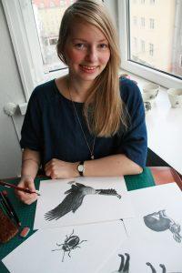 Katrin Berge er kunstnar og synest at sniglar og andre dyr er fin inspirasjon til teikningar. Foto: Alexander Von Mehren