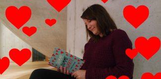 Linda Klakken les frå den aktuelle boka Dumme, dumme hjarte. Ei bok om Klara og den store forelskinga. Foto: Framtida junior.
