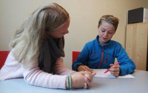 Mathilde og August skriv ned dei viktigaste tipsa til andre som er elevrådsrepresentantar. Foto: Framtida jr.