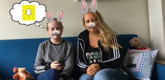 Emma Louise fekk mobil som åtteåring, og då spørsmålet om Snapchat dukka opp rundt middagsbordet, måtte foreldra diskutere før dei vart einige. Foto: Bjørg Skeide