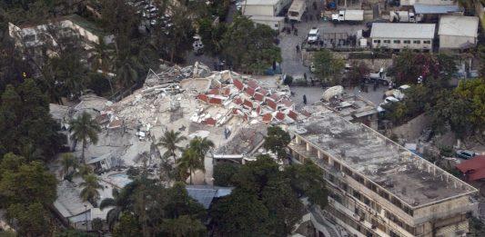 RUINAR: FN sitt hovedkvarter slik det såg ut etter jordskjelvet i Haiti i 2010. FOTO: Wikipedia