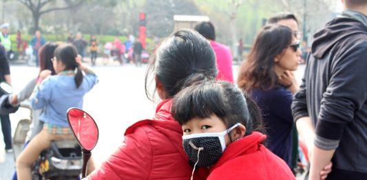 Bilete: Her er ei jente med munnbind i byen Hangzhou i Kina. Luftforureininga har økt mykje frå i fjor. Foto: Ragnhild S. Selstø/ Framtida.no